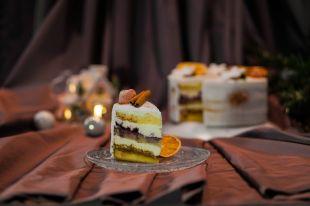 Maskarponės tortas su juodaisiais serbentais ir lazdynų riešutais